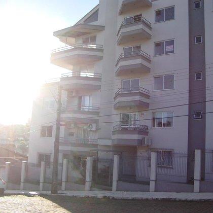 Apartamento central com 2 quartos e garagem