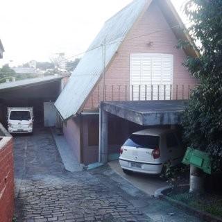 Casa com pavilhão anexo aos fundos
